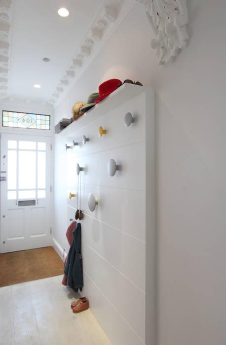 MN Residence Scandinavian style corridor, hallway& stairs by deDraft Ltd Scandinavian