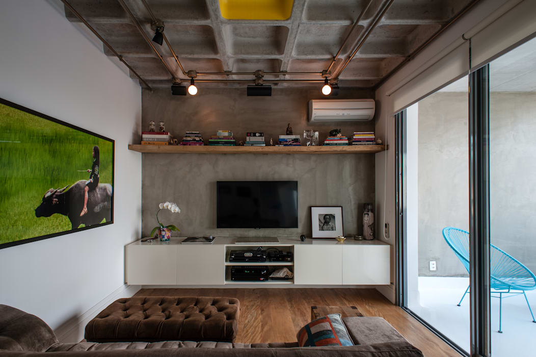 Industrial style media room by PM Arquitetura Industrial