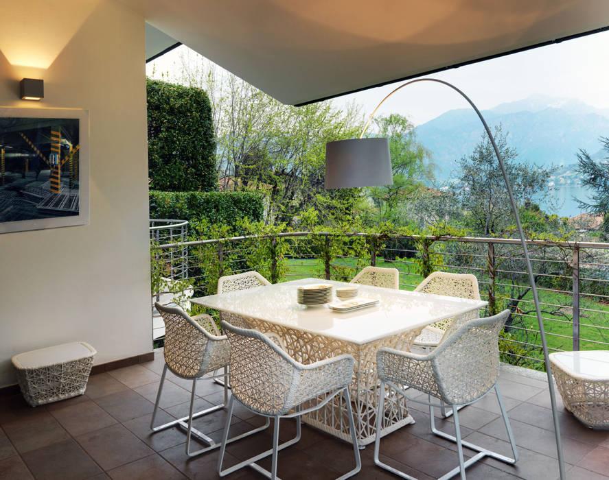 Villa sul lago di Como Balcone, Veranda & Terrazza in stile moderno di Studio Marco Piva Moderno