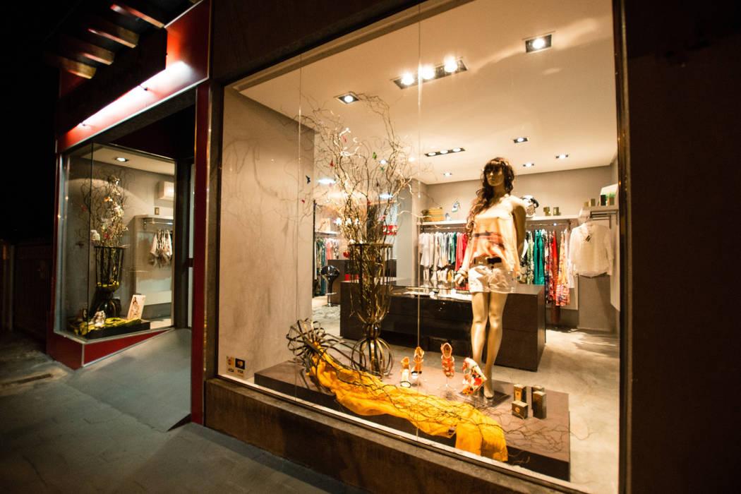 RESERVA NATURAL STORE: Lojas e imóveis comerciais  por Veridiana Negri Arquitetura,Moderno