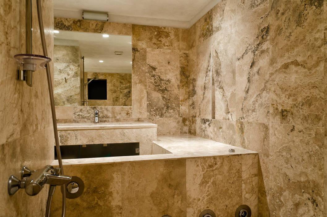 Bagno in pietra di rapolano: bagno in stile in stile classico di