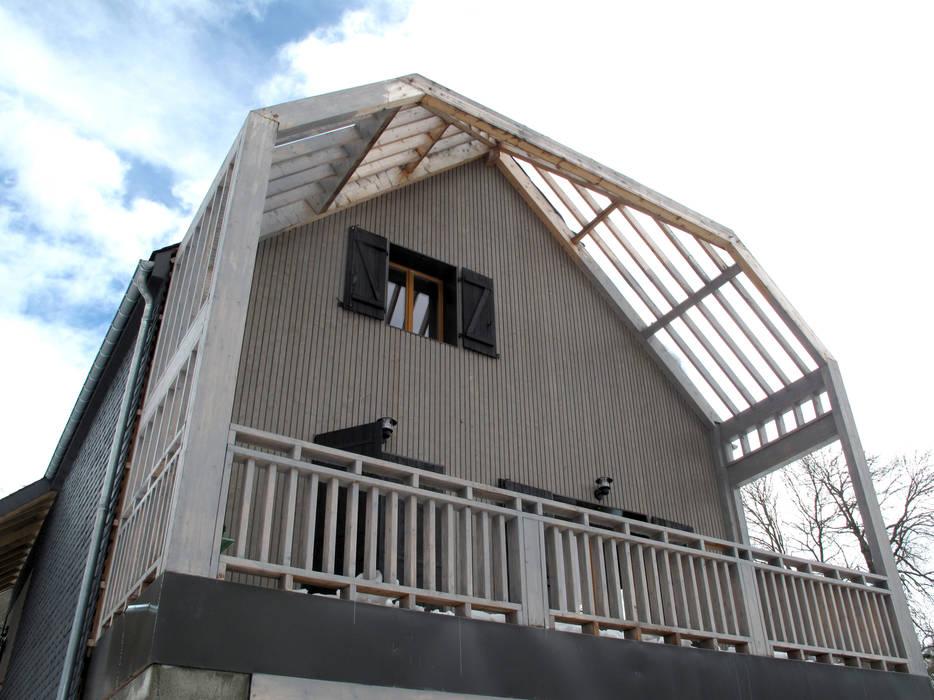 la terrasse (traitement saturateur gris par maître d'ouvrage en cours + en attente couverture polycarbonate): Terrasse de style  par Atelier S
