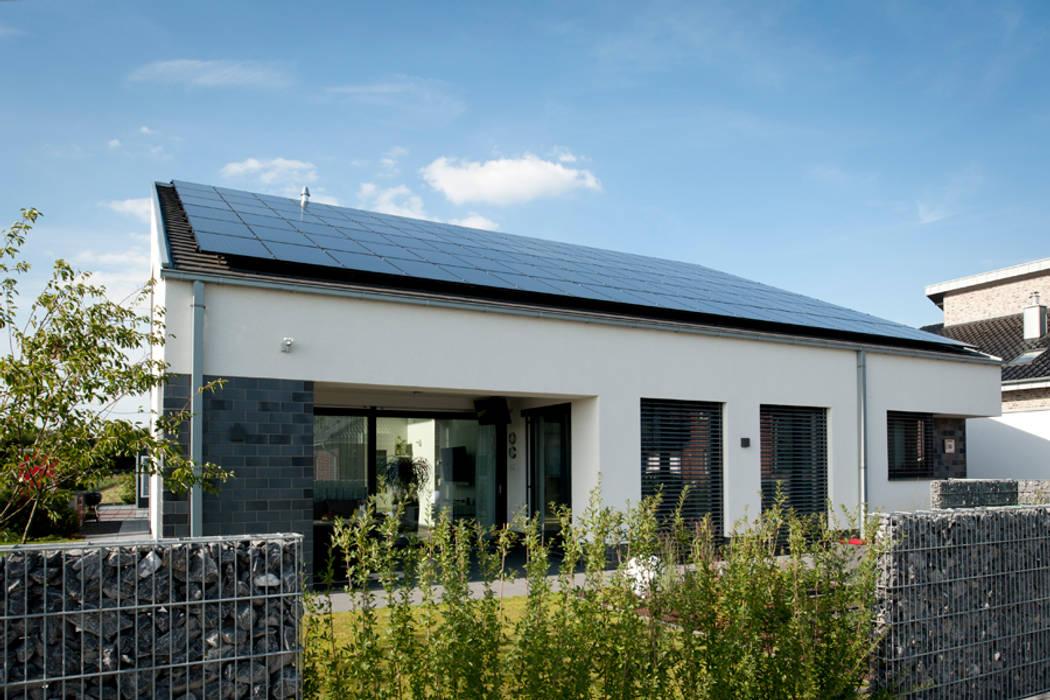 Neubau Einfamilienhaus mit Garage in Erkelenz:  Häuser von Architekturbüro J. + J. Viethen