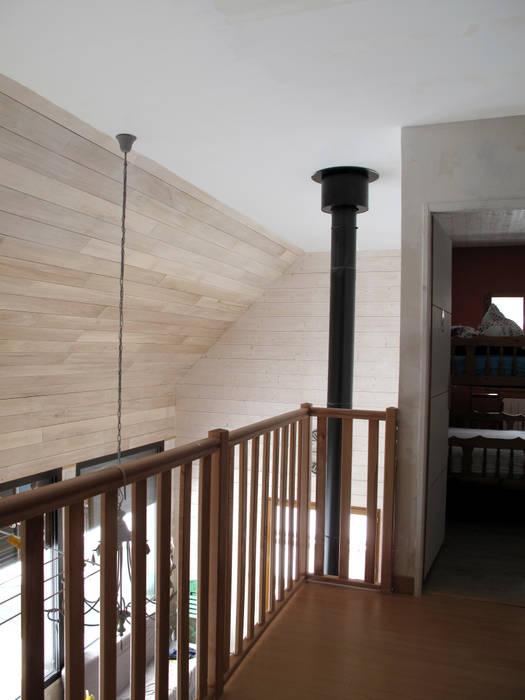 Mezzanine: Couloir et hall d'entrée de style  par Atelier S