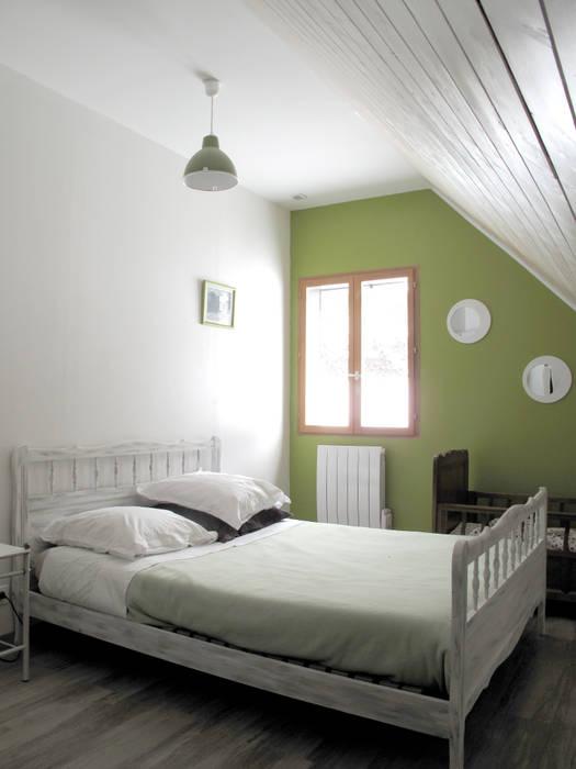 chambre: Chambre de style  par Atelier S
