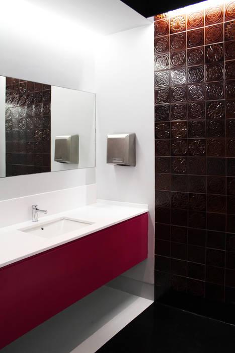 Pormenor da bancada de lavatórios. Ginásios ecléticos por Estúdio AMATAM Eclético