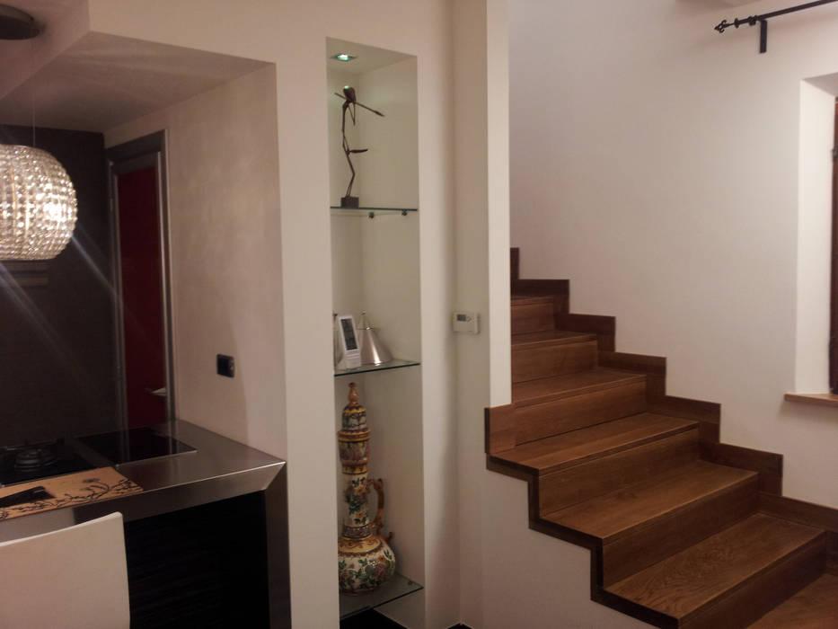 La nicchia fra la cucina e la scala in rovere: ingresso & corridoio ...