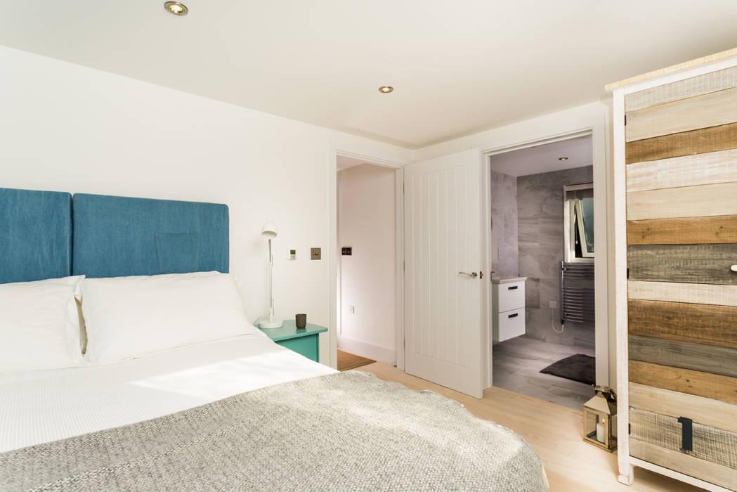 Sundown, Widemouth Bay, Cornwall The Bazeley Partnership Modern style bedroom
