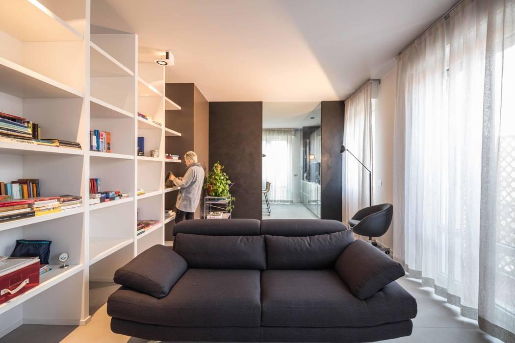 il soggiorno e sullo sfondo la cucina: Soggiorno in stile  di architetto marcello carzedda studio