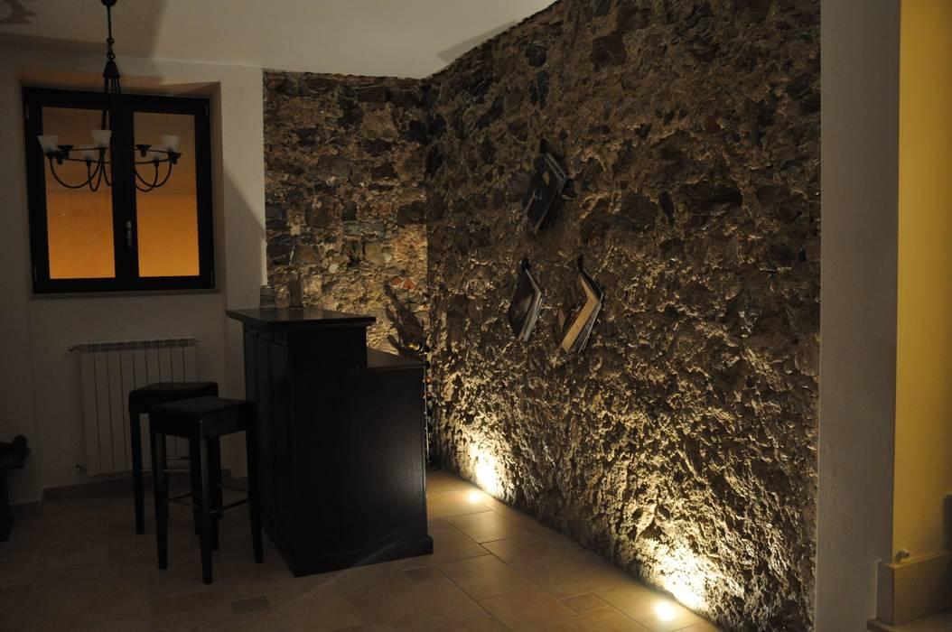 Zona bar: Cantina in stile in stile Moderno di LORENZO RUBINETTI DESIGN