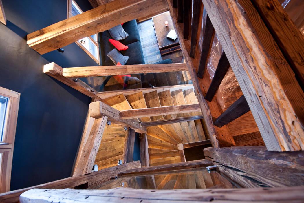 Wiejski korytarz, przedpokój i schody od shep&kyles design Wiejski