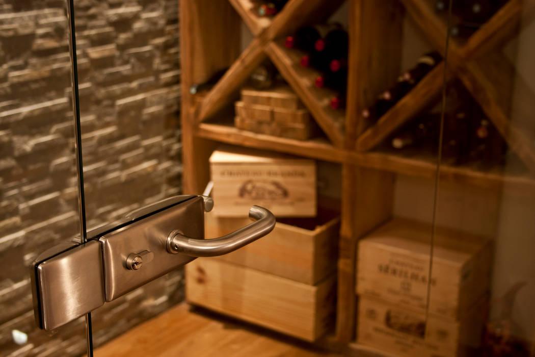 Chalet Les Chantéls: cave à vin: Cave à vin de style  par shep&kyles design