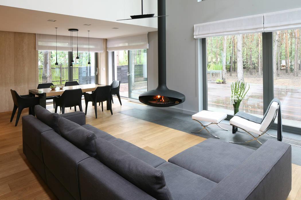 Salon z wolno wiszącym kominkiem.: styl , w kategorii Salon zaprojektowany przez living box