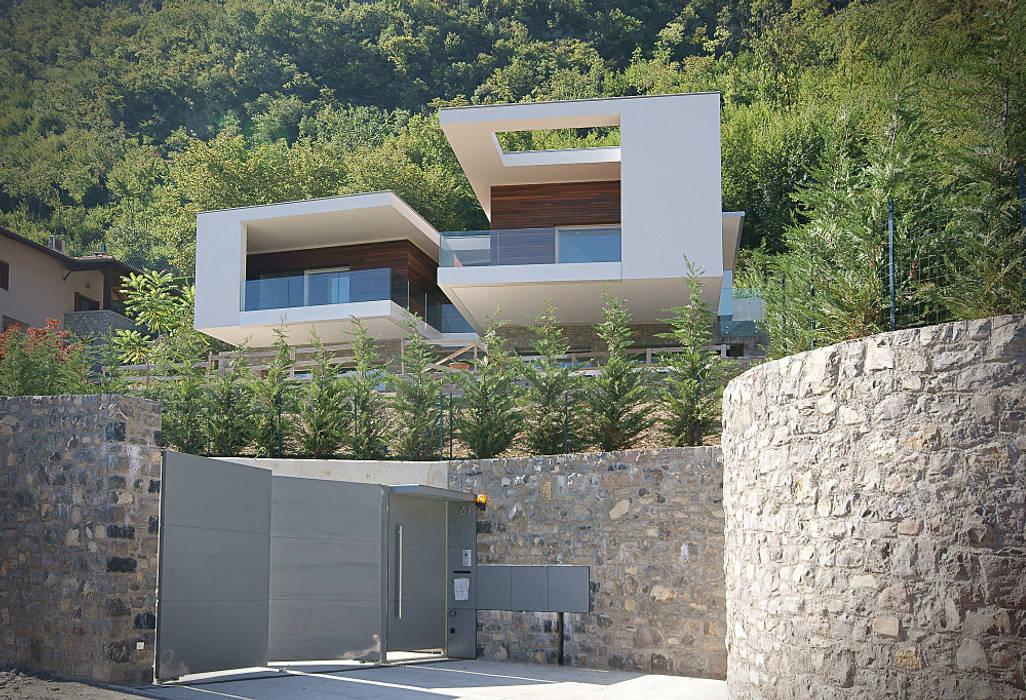vista dall'accesso stradale: Case in stile in stile Minimalista di STUDIO ARCHITETTURA MASSIMO NODARI