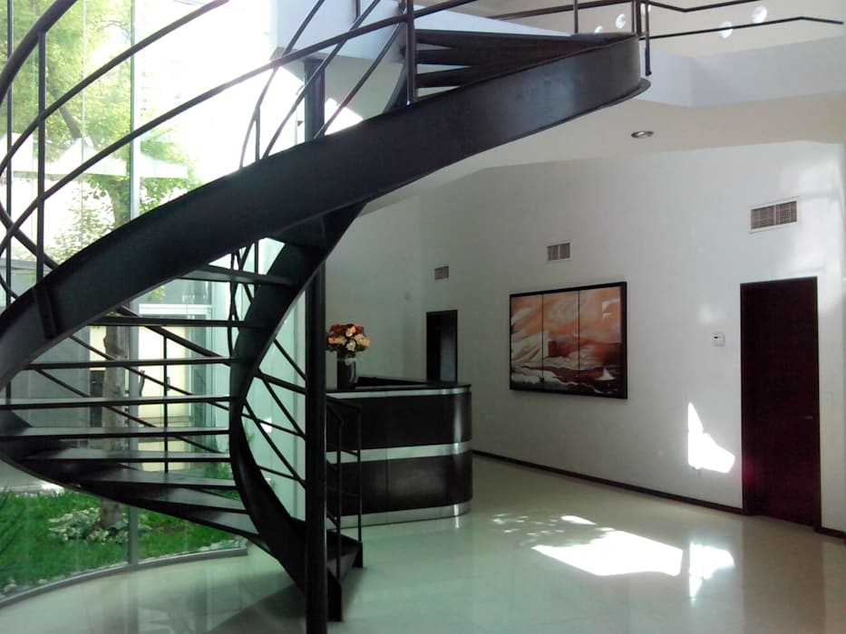Vestibulo: Oficinas y tiendas de estilo  por Diseño Corporativo