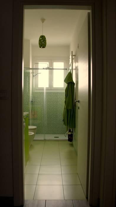 Bagno  con cabina doccia  a misura                     : Bagno in stile in stile Moderno di Marzia Bettoli  Interior Designer