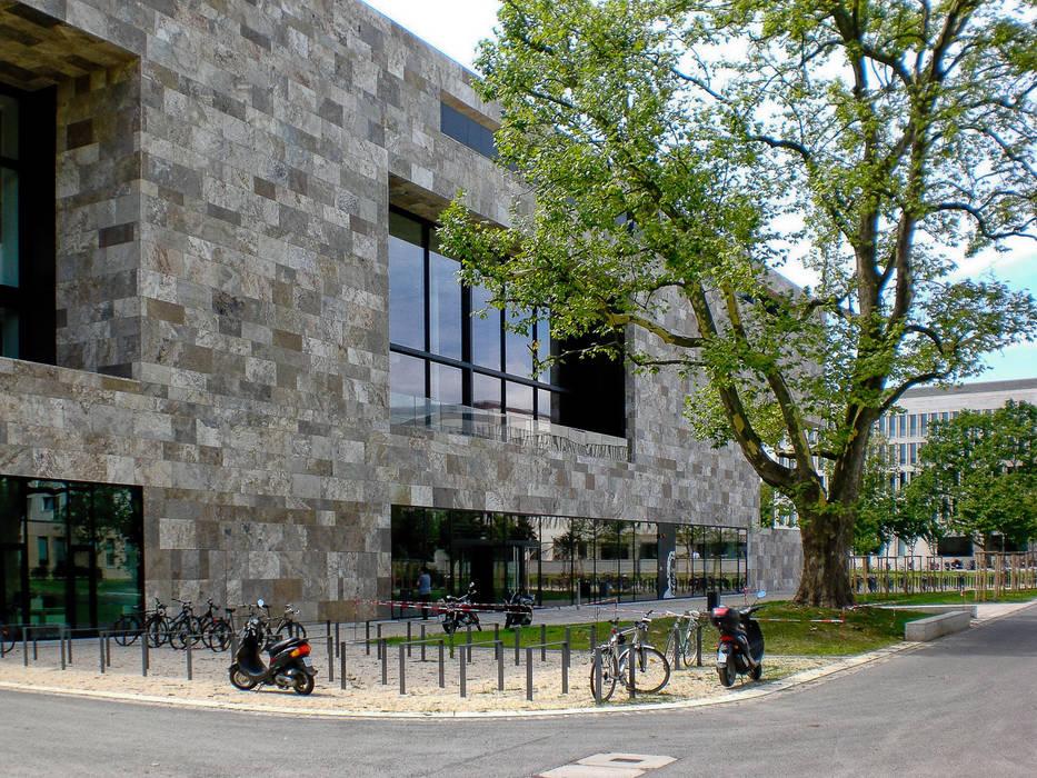 Facciata in travertino Università di Francoforte: Scuole in stile  di Pietre di Rapolano