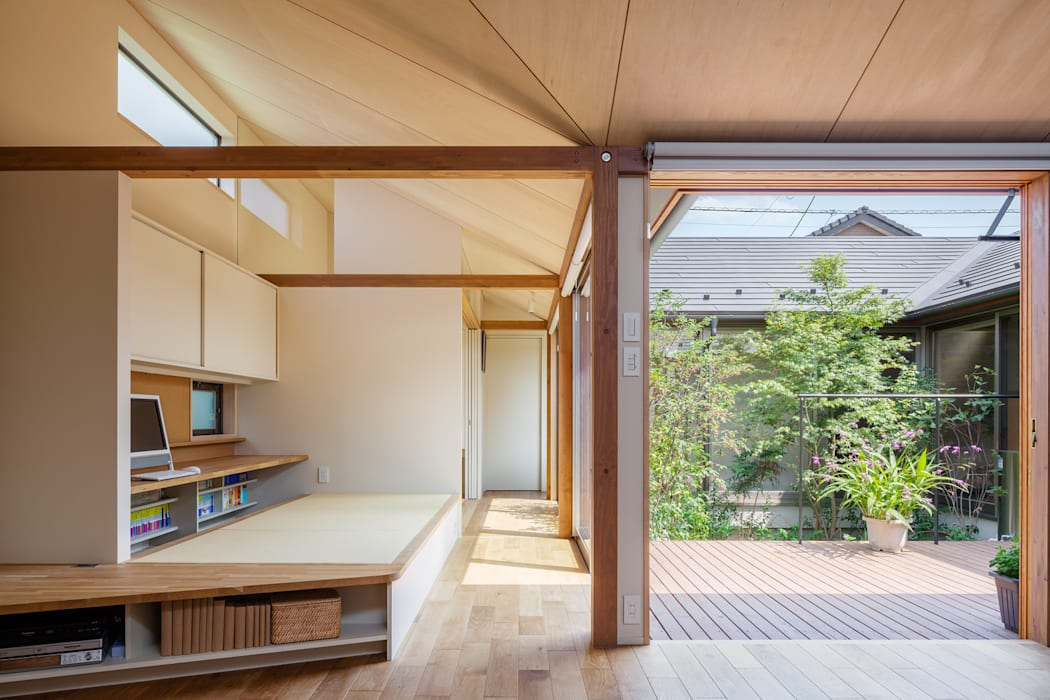 Modern living room by 株式会社リオタデザイン Modern