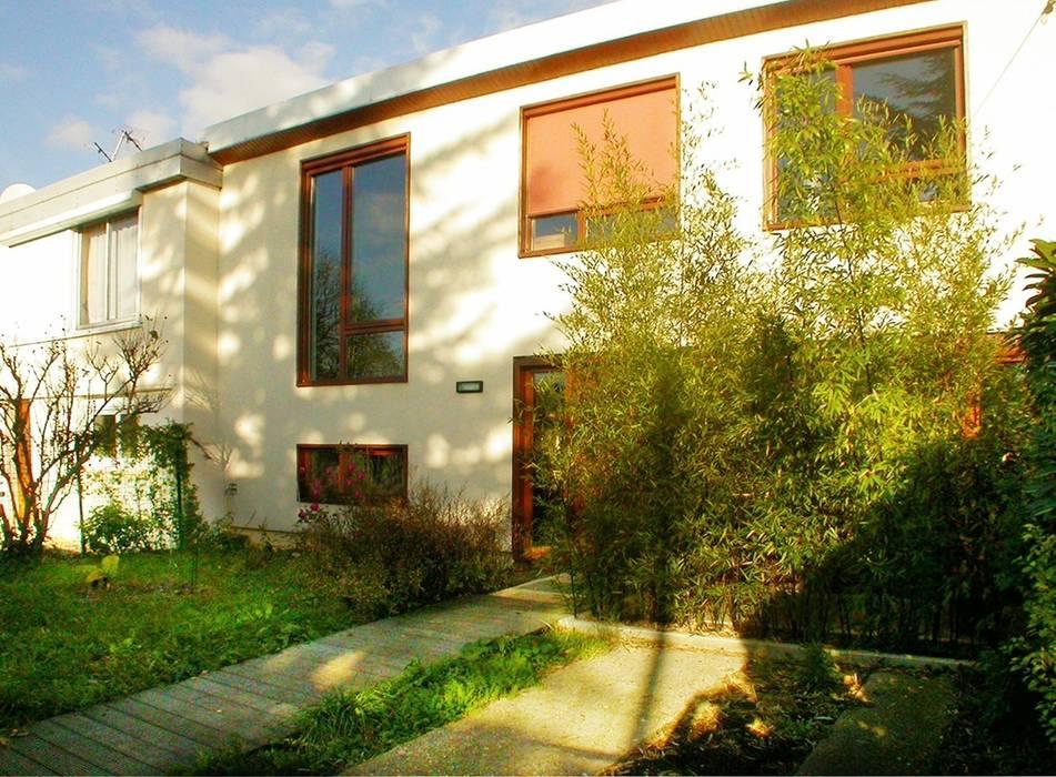 façade d'entrée : Maisons de style de style Moderne par dominique tessier et associés