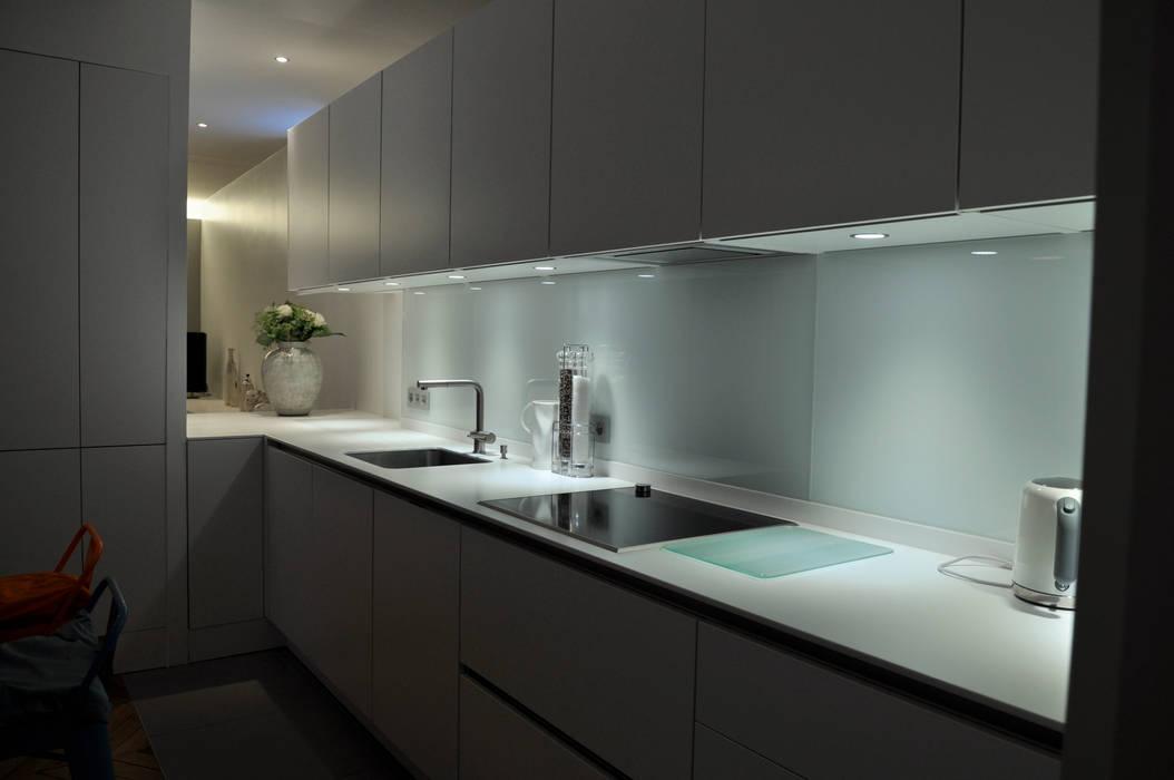 percées visuelles, mises en scène du quotidien: Cuisine de style de style Moderne par officine TNT Architecture