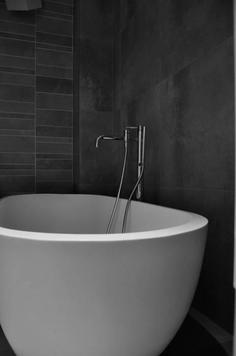 travail sur les matériaux, le choix des éléments: Salle de bains de style  par officine TNT Architecture