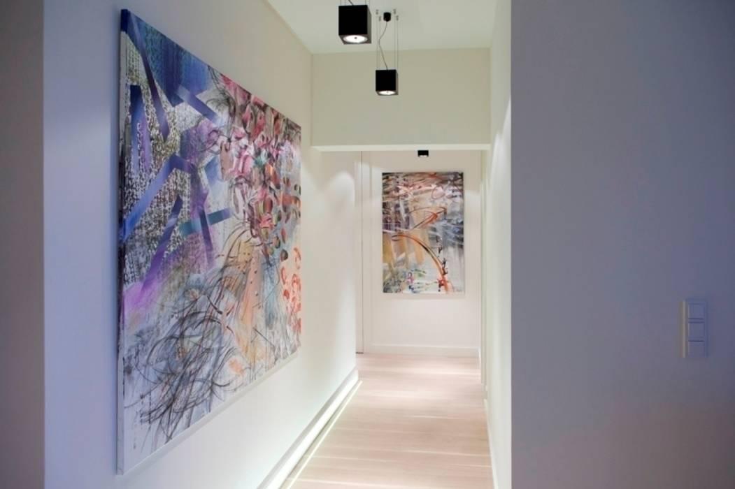 Hol z graficznymi obrazami p.Kosiec Minimalistyczny korytarz, przedpokój i schody od living box Minimalistyczny
