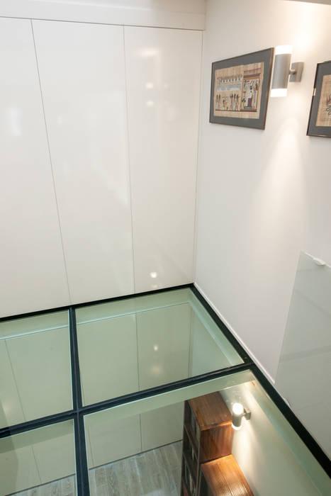 Plancher de verre: Couloir et hall d'entrée de style  par Fables de murs
