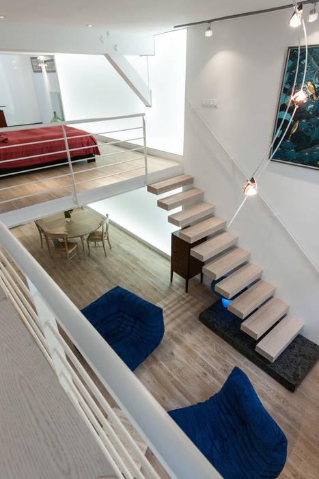 Escalier suspendu: Couloir et hall d'entrée de style  par Fables de murs