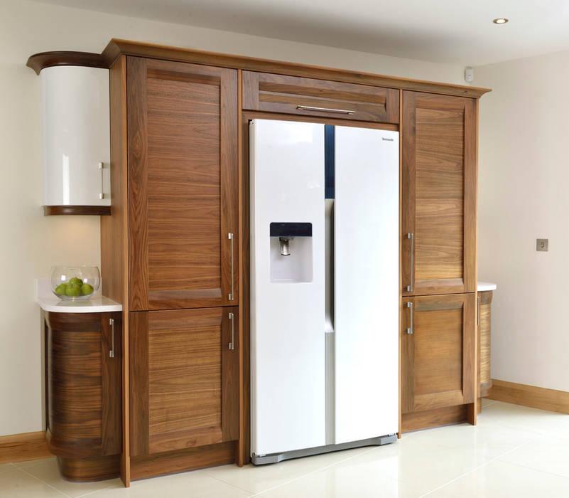 Mr & Mrs Broomhead Walnut & White Gloss Kitchen Cocinas de estilo moderno de Room Moderno