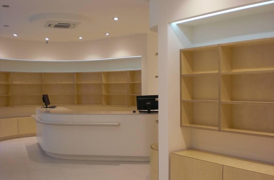 Il Banco Etico: Negozi & Locali commerciali in stile  di Studio di architettura arch. Alberto Catraro