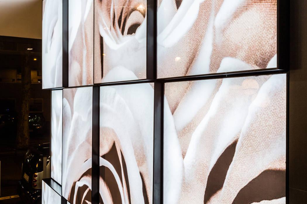 Détail mur d'images rétroéclairé: Hôtels de style  par Montreuil Karine