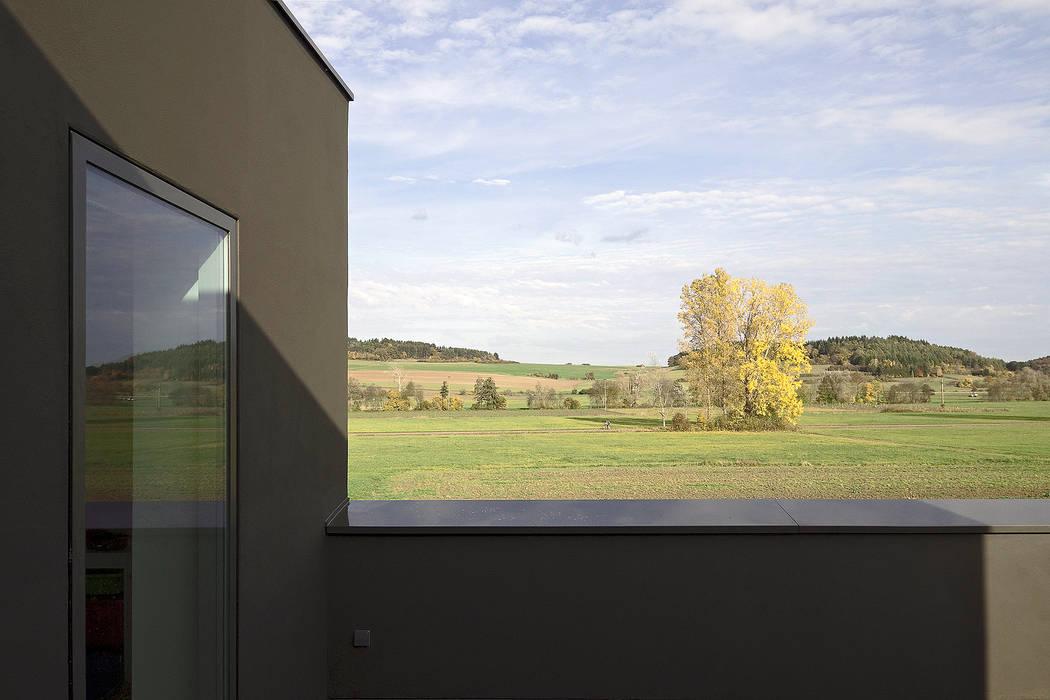 Minimalist balcony, veranda & terrace by f m b architekten - Norman Binder & Andreas-Thomas Mayer Minimalist