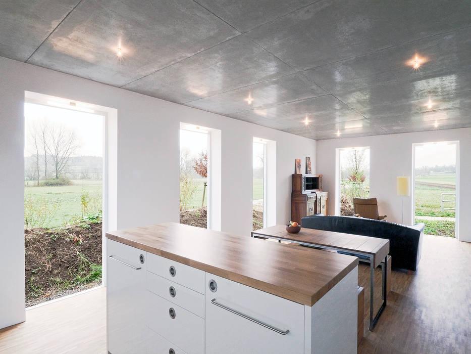 Minimalist living room by f m b architekten - Norman Binder & Andreas-Thomas Mayer Minimalist