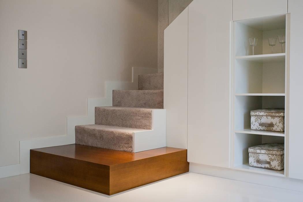 Zabudowa meblowa schodów : styl , w kategorii Korytarz, przedpokój zaprojektowany przez ARCHISSIMA