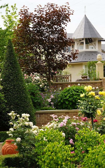 Kingswell Formal Garden with restaurant and bell tower in the background.: Royal Stuart Garden Trustが手掛けたレストランです。