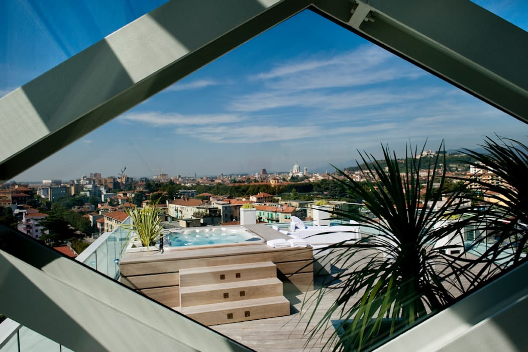 VISTA dall'interno: Piscina in stile in stile Moderno di Studio Architettura Carlo Ceresoli