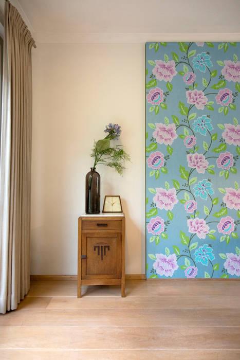 Antiek kastje in combinatie met behang paneel:  Woonkamer door Hemels Wonen interieuradvies en ontwerp
