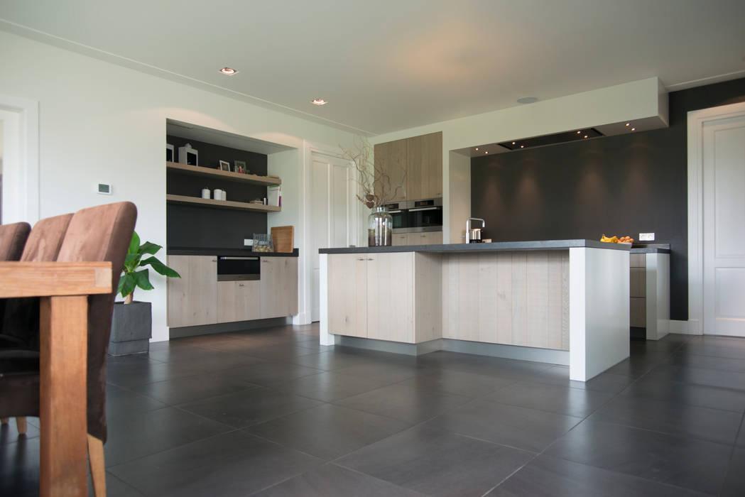 Moderne houten keuken:  Keuken door Hemels Wonen interieuradvies