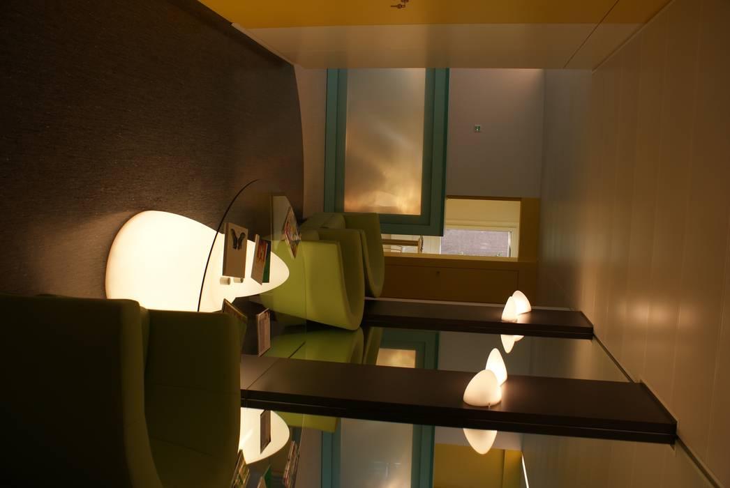 salle d'attente du CCAC de de Lausanne Vinet: Cliniques de style  par LCDS