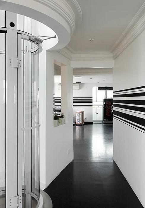 モダンスタイルの 玄関&廊下&階段 の STUDIO CAMILA VALENTINI モダン