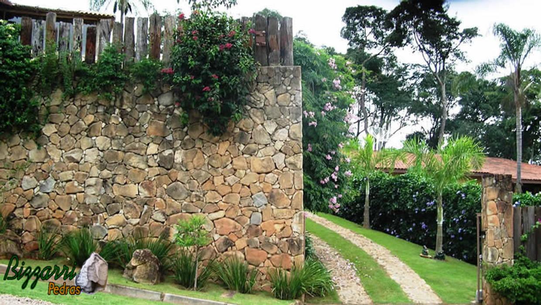 Muro de arrimo de pedra Piscinas rústicas por Bizzarri Pedras Rústico