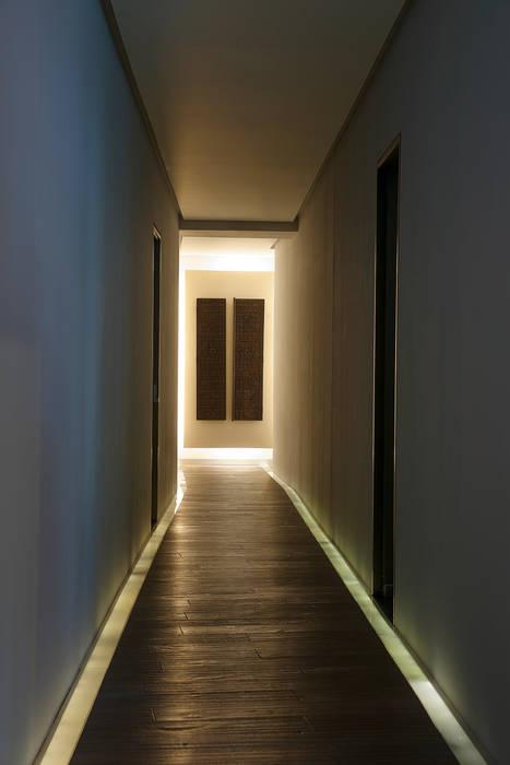 Departamento DL Paredes y pisos de estilo moderno de kababie arquitectos Moderno