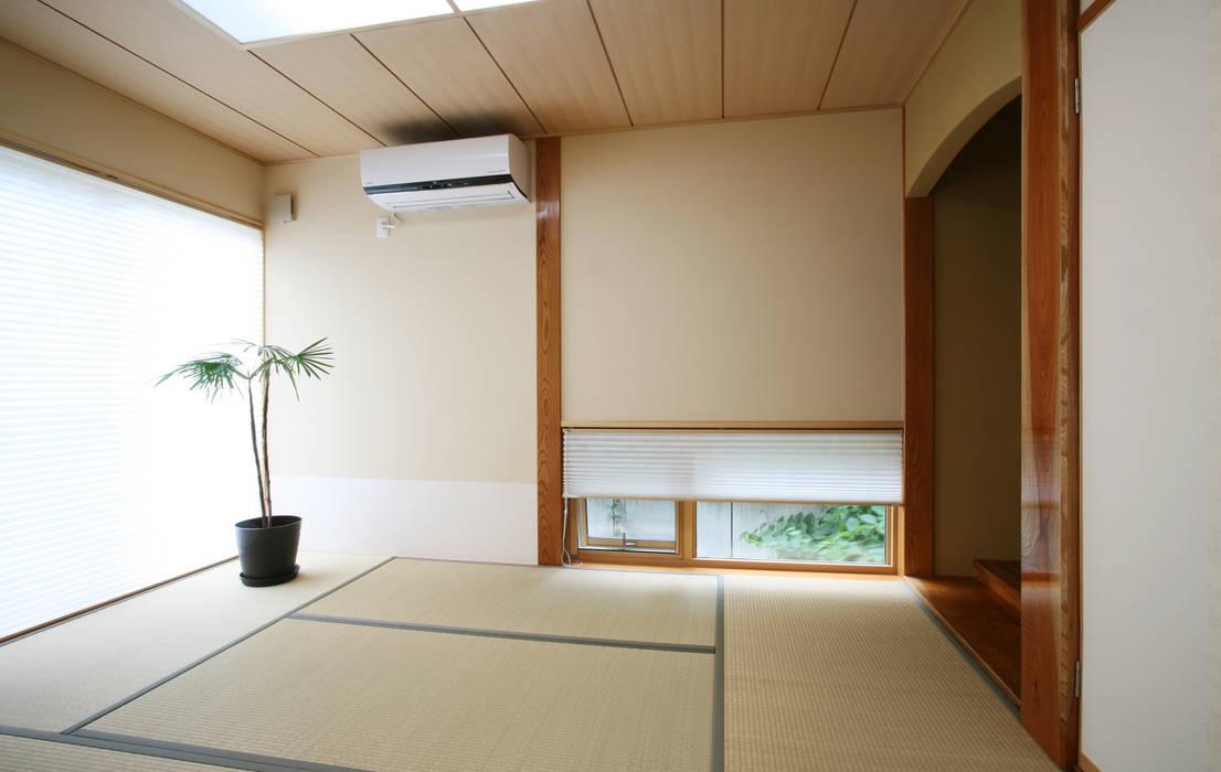 和室: 吉田設計+アトリエアジュールが手掛けた寝室です。