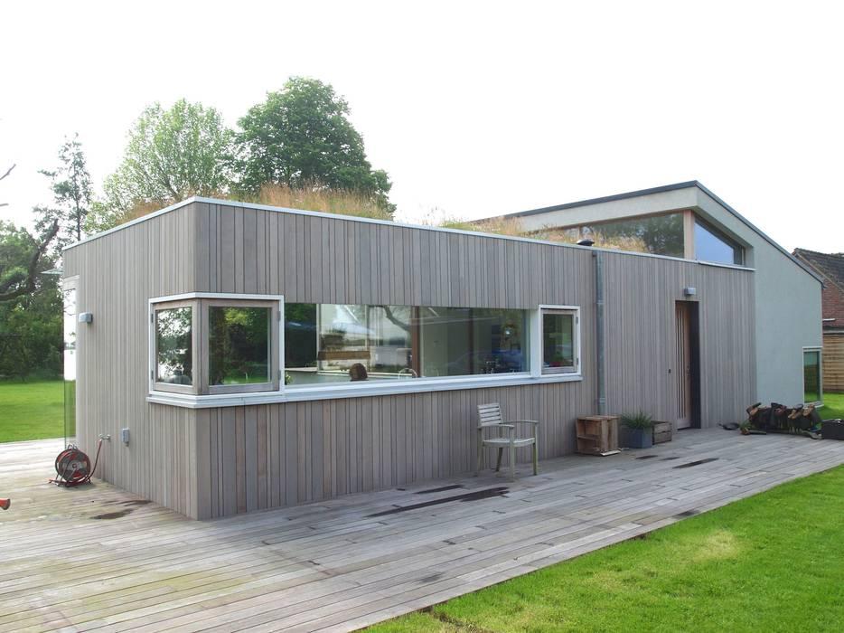 De keuken eetkamer met het begroeide dak.:  Huizen door Gerard Rijnsdorp Architect