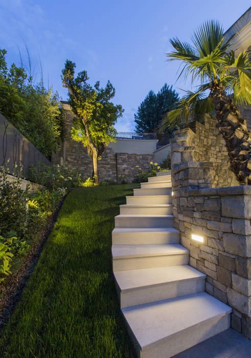 Illuminazione residenziale sul Lago di Garda: Giardino in stile  di PLATEK , Mediterraneo