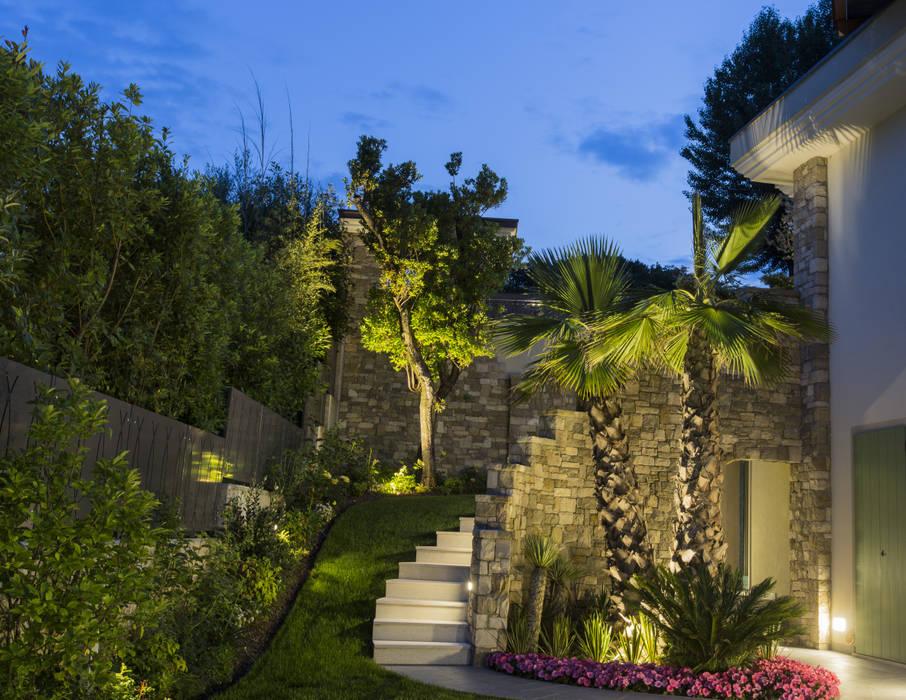 Illuminazione residenziale sul lago di garda giardino in stile di