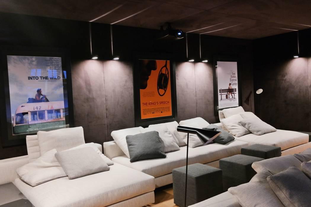Sistema Home cinema 7.2 THX parete posteriore: Sala multimediale in stile  di C.A.T di Bertozzi & C s.n.c
