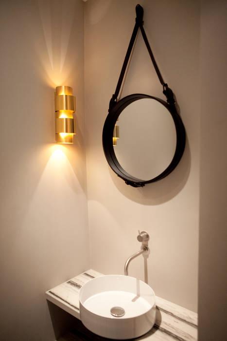 QUEENS van casco kantoor pand naar luxe appartement:  Badkamer door Binnenvorm