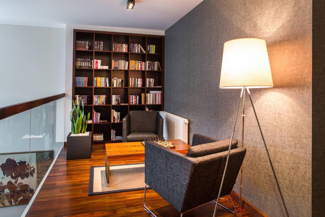 Biblioteka na antresoli Eklektyczne domowe biuro i gabinet od Viva Design - projektowanie wnętrz Eklektyczny