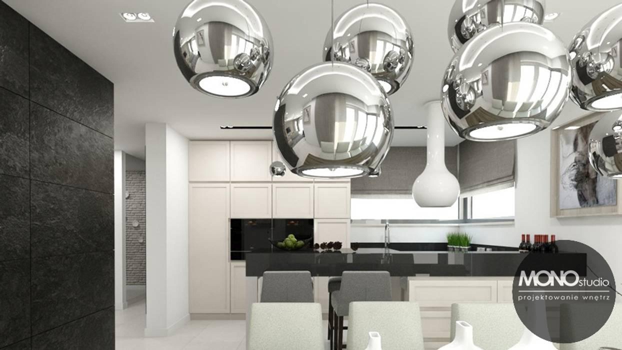 Nowoczesna minimalistyczna kuchnia w jasnej tonacji.: styl , w kategorii Kuchnia zaprojektowany przez MONOstudio